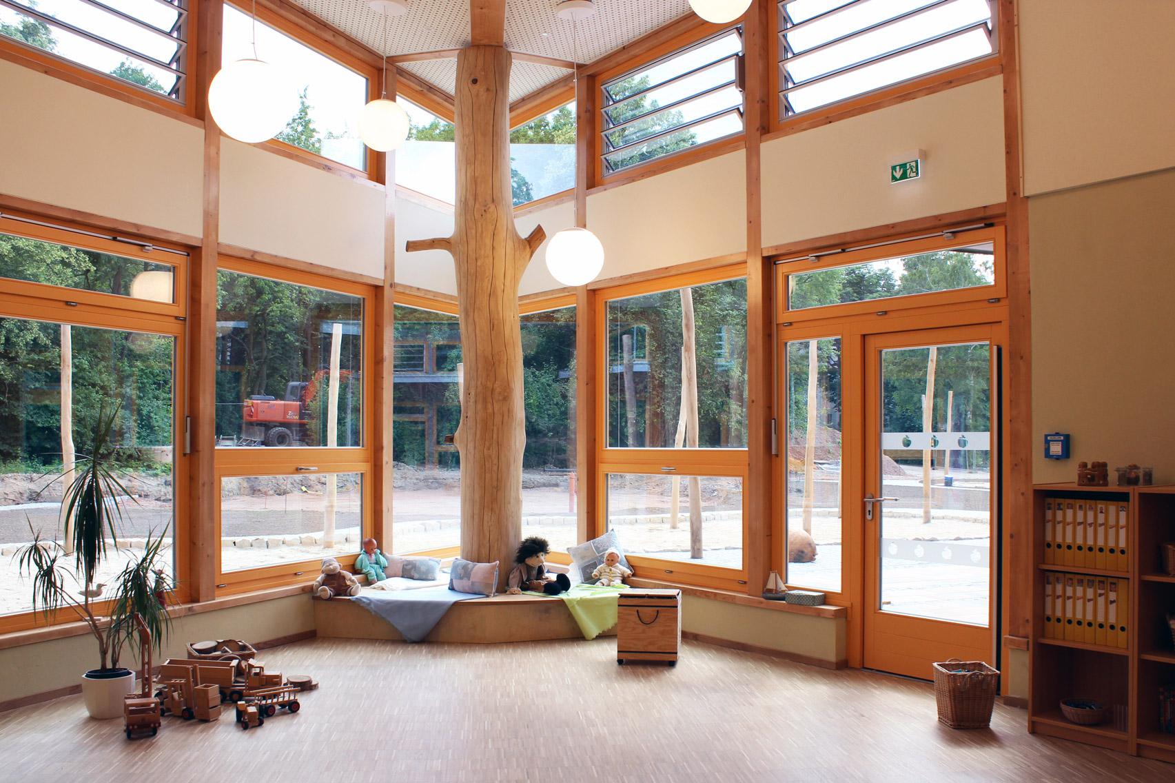 Foto Spielecke Holz mit Baumstamm gefertigt von der Holzwerkstatt Trommer