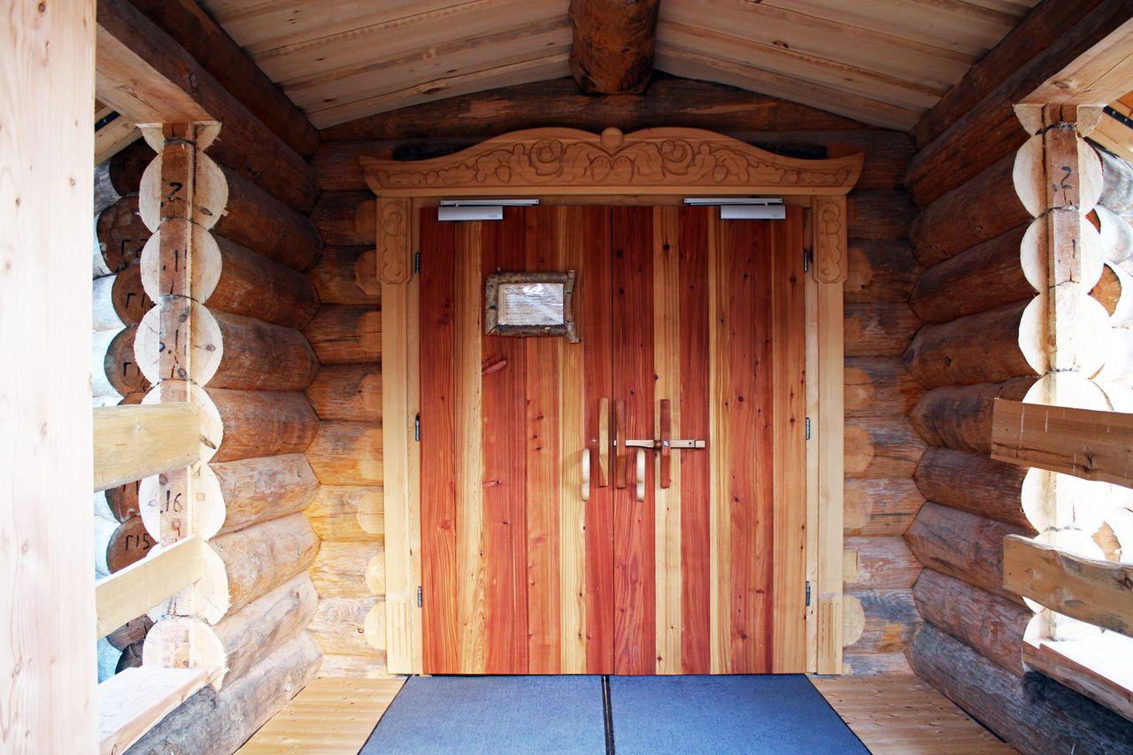 Blick auf Eingangstür Saunahaus in den Badegärten Eibenstock