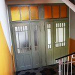 aufwendig restaurierte Wohnungseingangstür mit Oberlicht